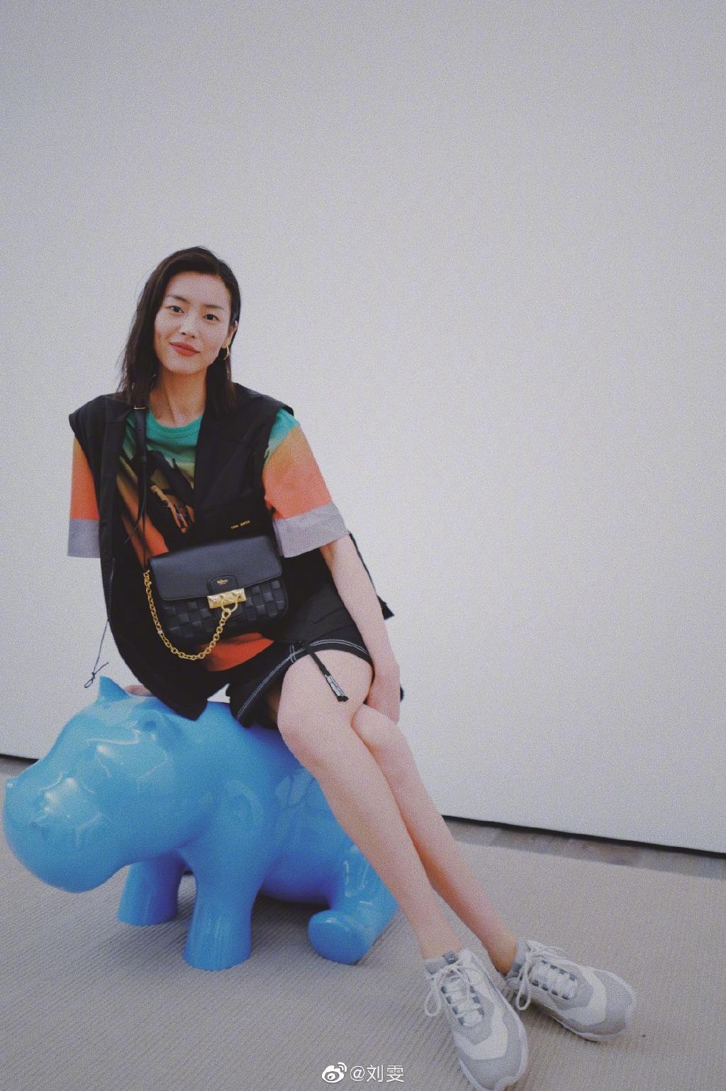 超模刘雯换新造型,摩卡波波头短发搭配基础款衣服,穿出高级感