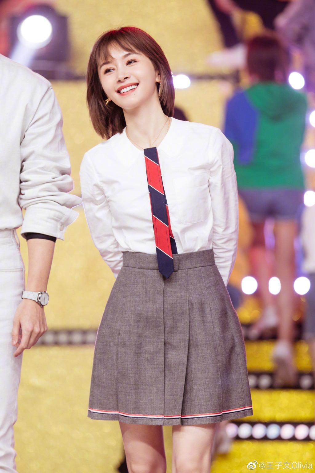 162cm王子文剪了短发真高级,白衬衫搭百褶裙减龄时髦,显高显瘦