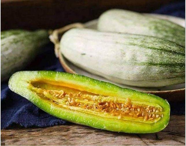 北方有種水果,長得像黃瓜,吃起來比蜂蜜還甜,但瓜農們只種不吃