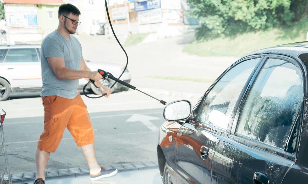 夏天汽車跑完高速后,有個位置一定要清洗一遍,否則很傷車漆