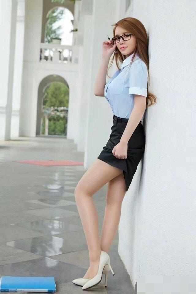 時尚街拍:職場女神,眼鏡的魅力不可抵擋,網友驚呼:身材完美
