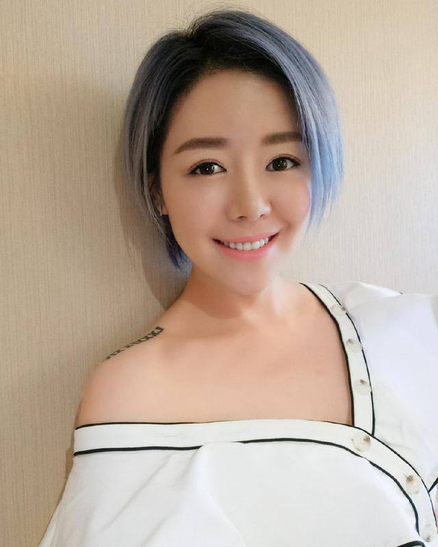 同是超女冠軍,李宇春成為國際巨星,而她卻淪為路人,無人問津!