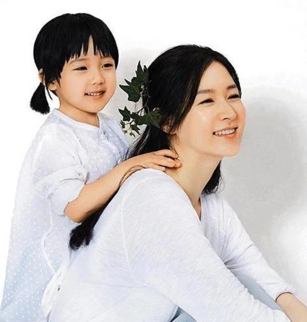 48歲李英愛帶8歲女兒看舞臺劇,媽媽優雅溫婉女兒俏皮比剪刀手