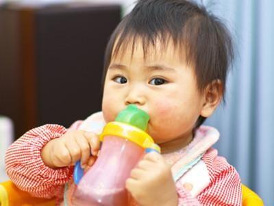 6 個月內的嬰兒不用喝水?這些育兒謠言,你不能相信