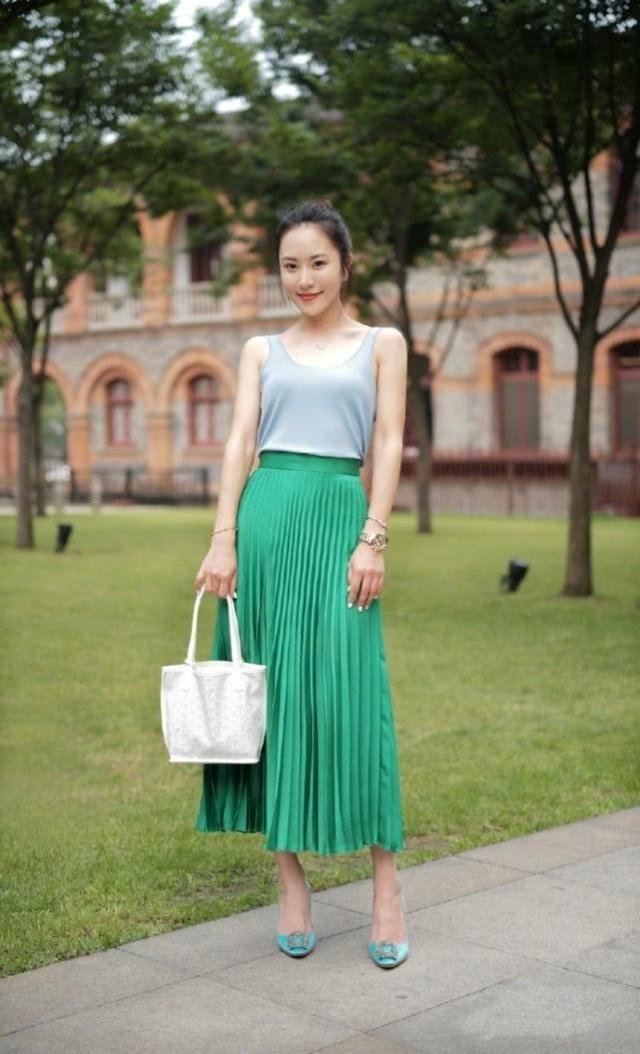 簡潔大方的裙子搭配很顯氣場,可以瞬間提升你時尚的格調