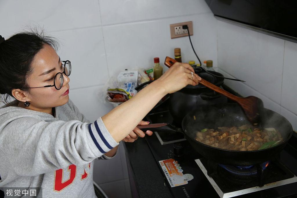 陜西安康:殘奧冠軍退役后變身廚娘 坐輪椅下廚為兒子烹制美食