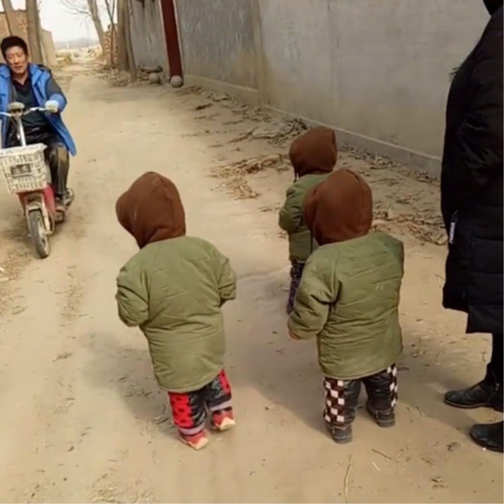 知道姥爺來家裡串門,三胞胎寶寶做出如此行為,暖心