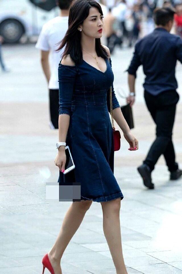 時尚街拍:為何豐滿的女生總是能成為焦點!網友:你說呢