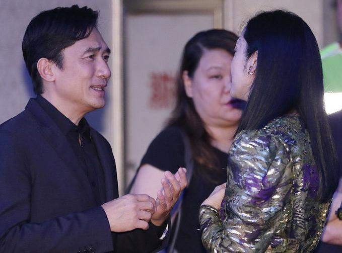 姚晨电影节后台遇到偶像梁朝伟,同框互动,手势搞怪表情丰富