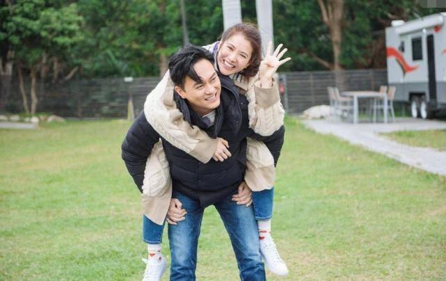 偶遇袁詠儀張智霖約會逛街,70歲的媽媽跟隨在一旁,畫面太和諧