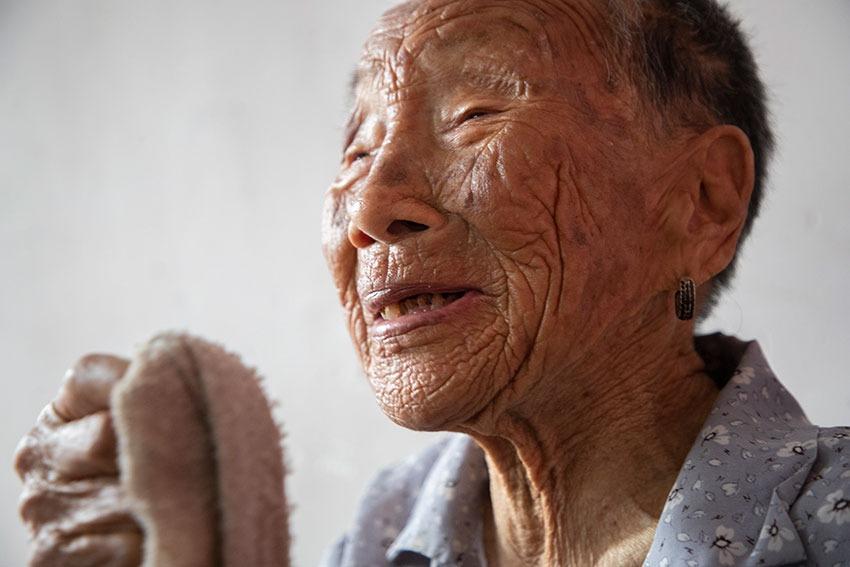 山村老太太今年108歲,每天喝半斤酒,兒子很孝順,她天天特開心