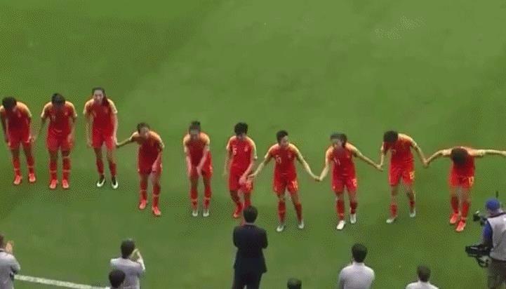 女足姑娘手牽手鞠躬感謝賈秀全!西媒服了:我們推不倒中國長城