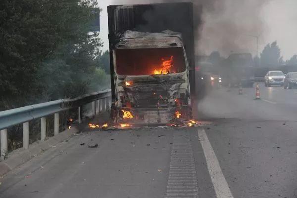 京港澳高速公路(原阳段)一物流货车起火,万余件快递烧毁价值不详!