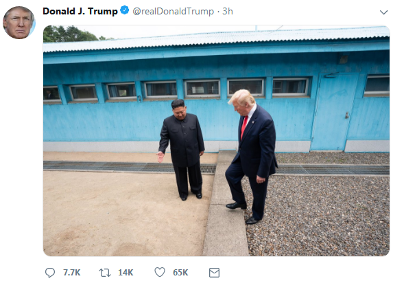 """金特会过去两天 特朗普在推特上晒出""""历史性一跨"""""""