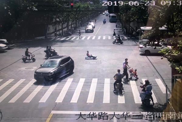 开孙子的玩具卡丁车赶去单位加班,上海一男子被罚一千车被扣