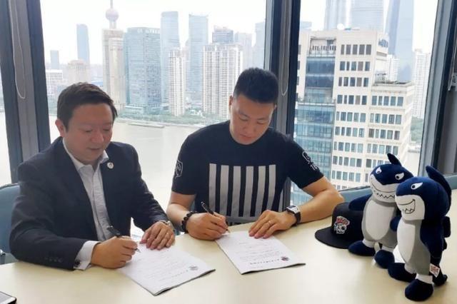 CBA顶级锋线加盟上海男篮,看完合同后球迷直感慨:有钱真好!