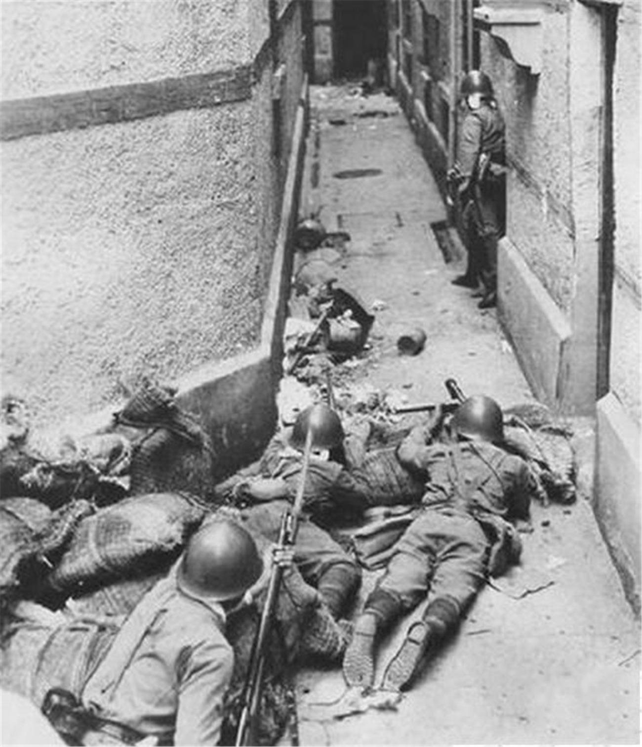 淞沪会战惨烈场景:15位将军殉国85个师被拼光,一寸山河一寸血!