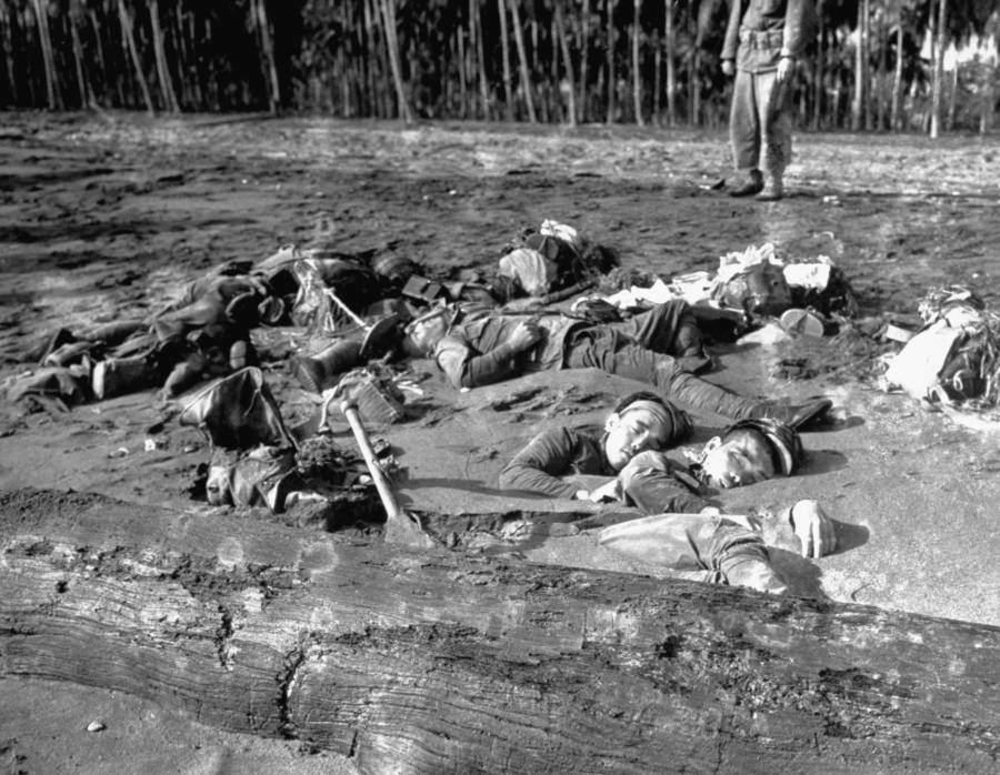 瓜島戰役殘酷老照片:日本兵的首級被戳在坦克上