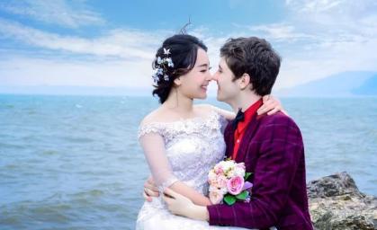 美国23岁小伙,零彩礼迎娶中国留学生,获岳母举双手支持