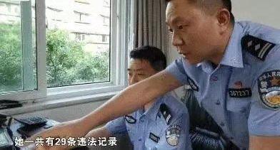 """嚣张的重庆""""社会姐""""不再嚣张了?邻居:保时捷都不敢停自家车位"""