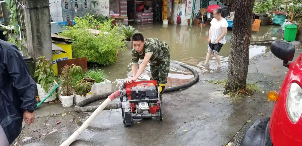 大雨襲城積水嚴重 嘉興消防人員抓緊救援 突擊排水涉水推車