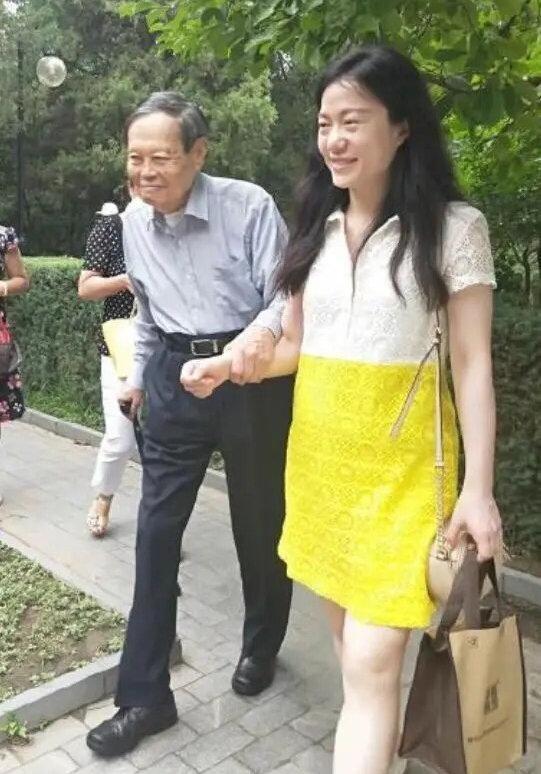 97歲楊振寧攜43歲妻子翁帆游清華,翁帆一個小細節看出了真情