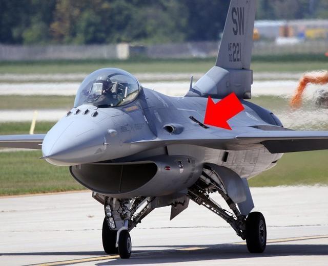 美国制造不灵了!战斗机飞着飞着蒙皮飞掉了,露出机械差点出事故