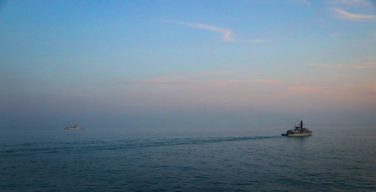 中國海軍052C驅逐艦過英吉利海峽 英老舊護衛艦跟蹤監視