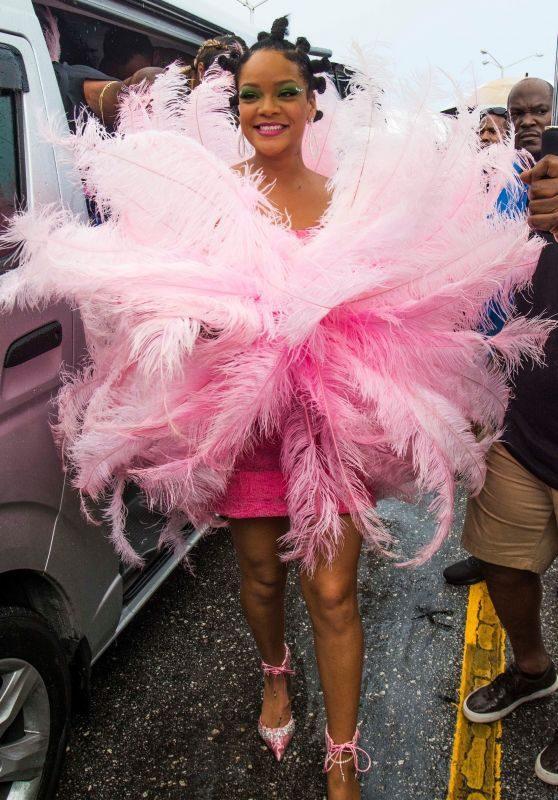 Rihanna性感亮相狂欢节,奇装异服超吸睛,也只有她才能hold住了