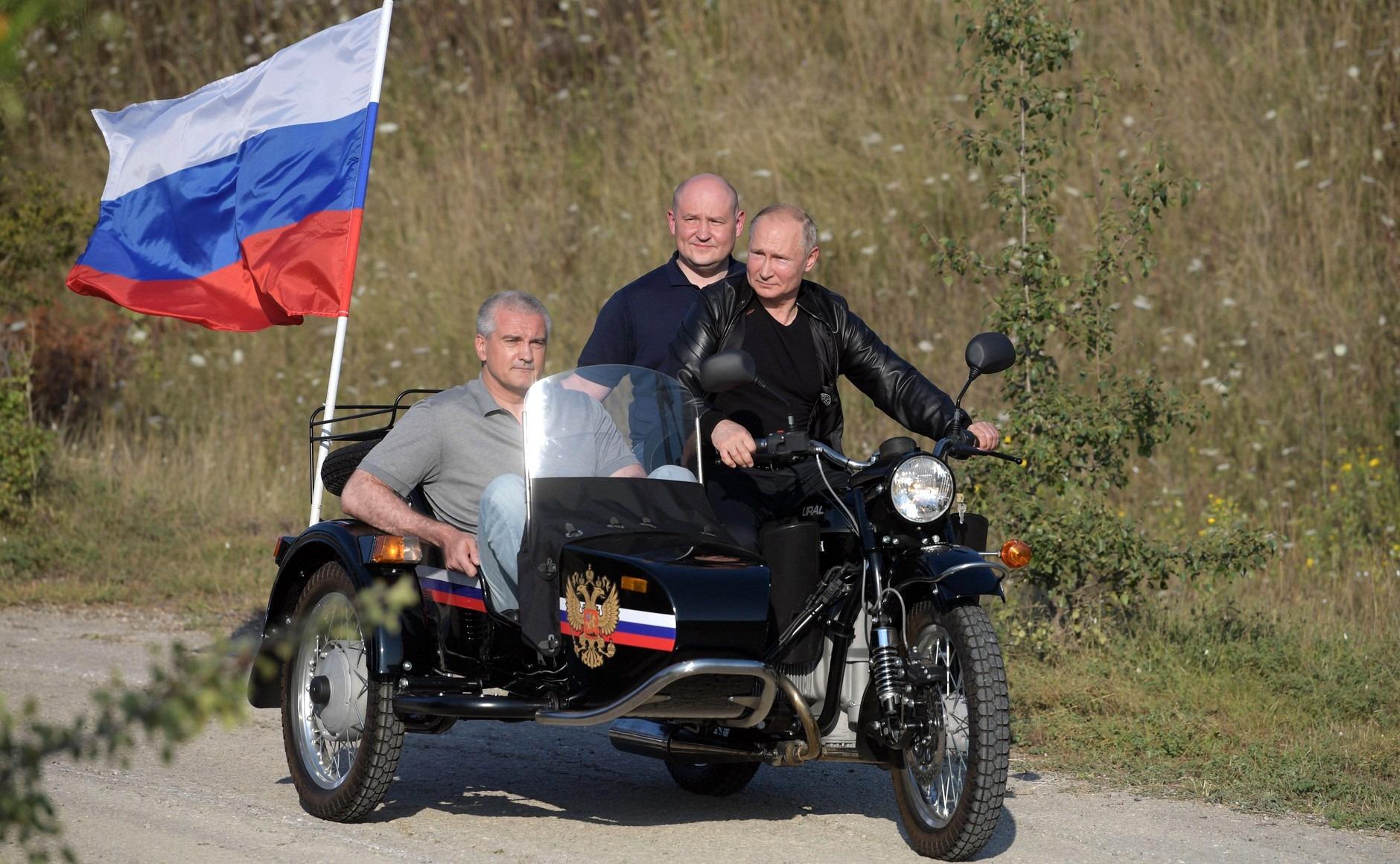 普京在克里米亚骑摩托车宣示主权,乌克兰称未获同意 俄方:可笑