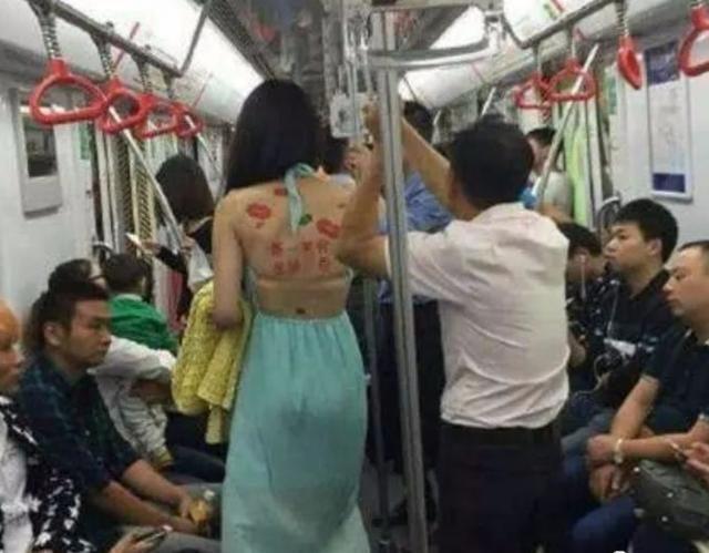 搞笑GIF:前天做公交车,遇到一个满身吻痕的妹子