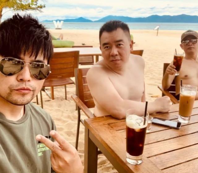 周杰倫和兒子穿親子裝海邊度假,兩人戴墨鏡同款嚴肅臉,長得超像