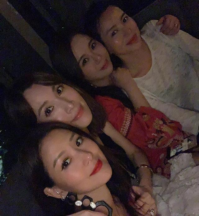 闊太陳若儀參加姐妹聚會,合照特意秀大長腿,但全程只有一個表情