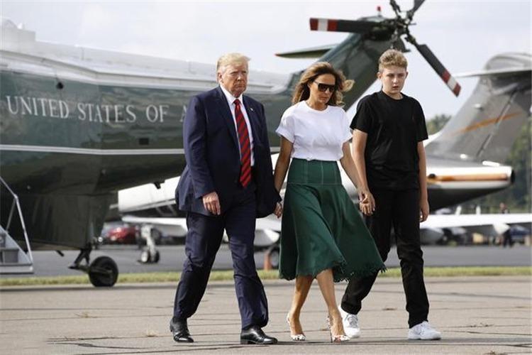 特朗普一家出行,夫人绿裙显肚子难掩优雅,13岁儿子身高已超父亲