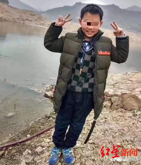 11岁男孩失踪后被发现遇害 嫌犯是其婶婶 死者母亲称两家关系很好