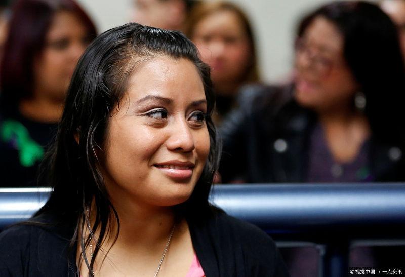 女孩遭强奸怀孕生死胎,反获刑30年,上诉后无罪释放喜极而泣
