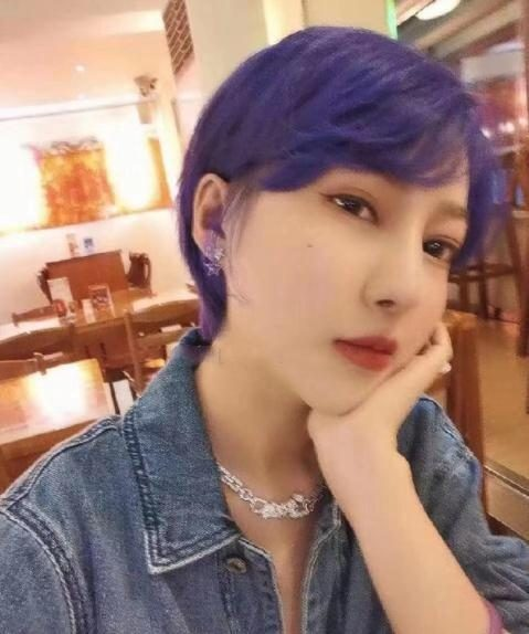 网红郭美美出狱后太高调,染紫色头发风格大变,仍带百万珠宝自拍