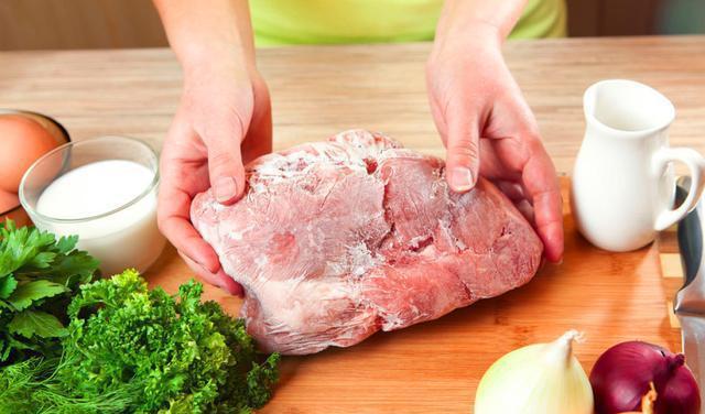 冻肉从冰箱拿出来,万万别用水泡!教你1招,吃着跟鲜肉一样好吃