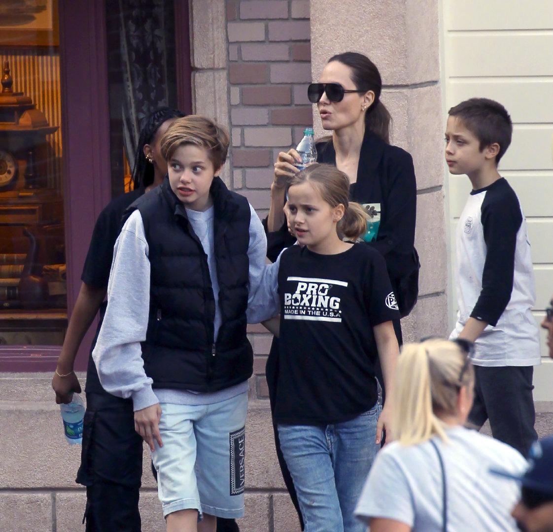 朱莉带四个娃游迪士尼,13岁希洛身高赶超妈,龙凤胎女儿太像皮特