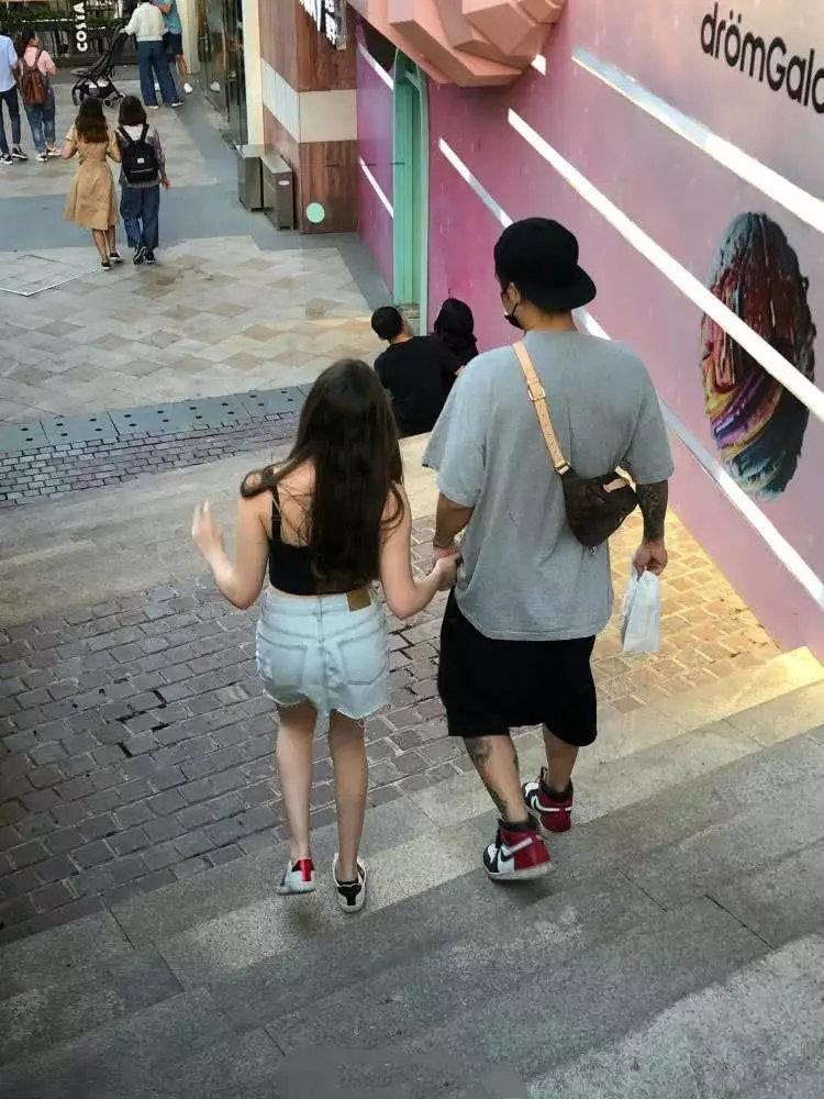 蒋劲夫携女友逛街,女友穿短裙细腿吸睛,身材惊艳不输郎朗妻子