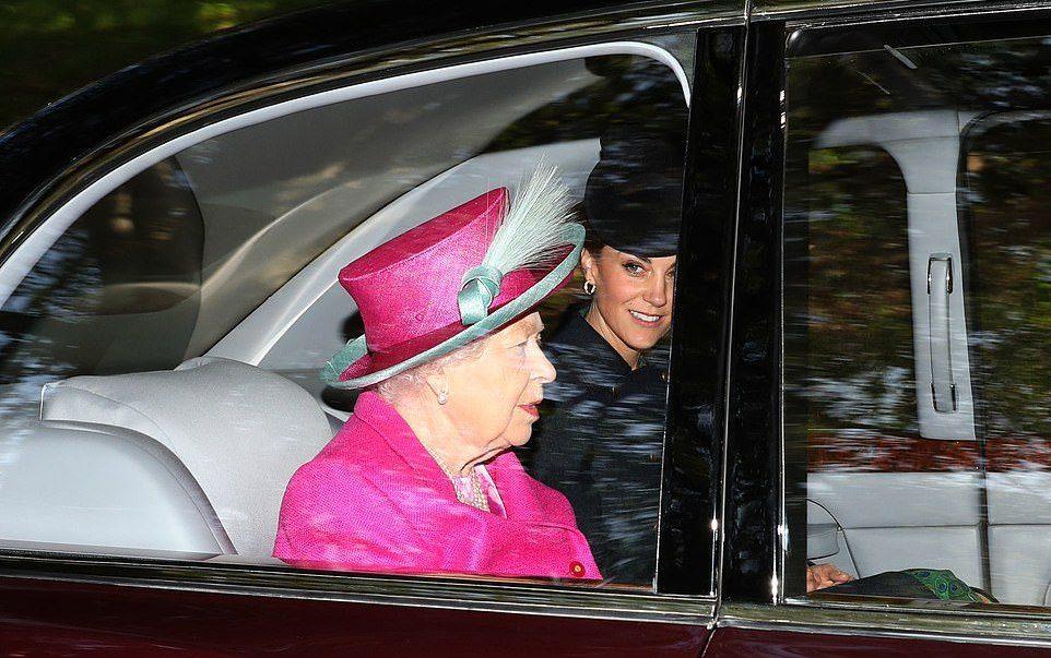 凯特王妃陪93岁女王亮相!穿深蓝大衣太低调,不抢女王风头情商高