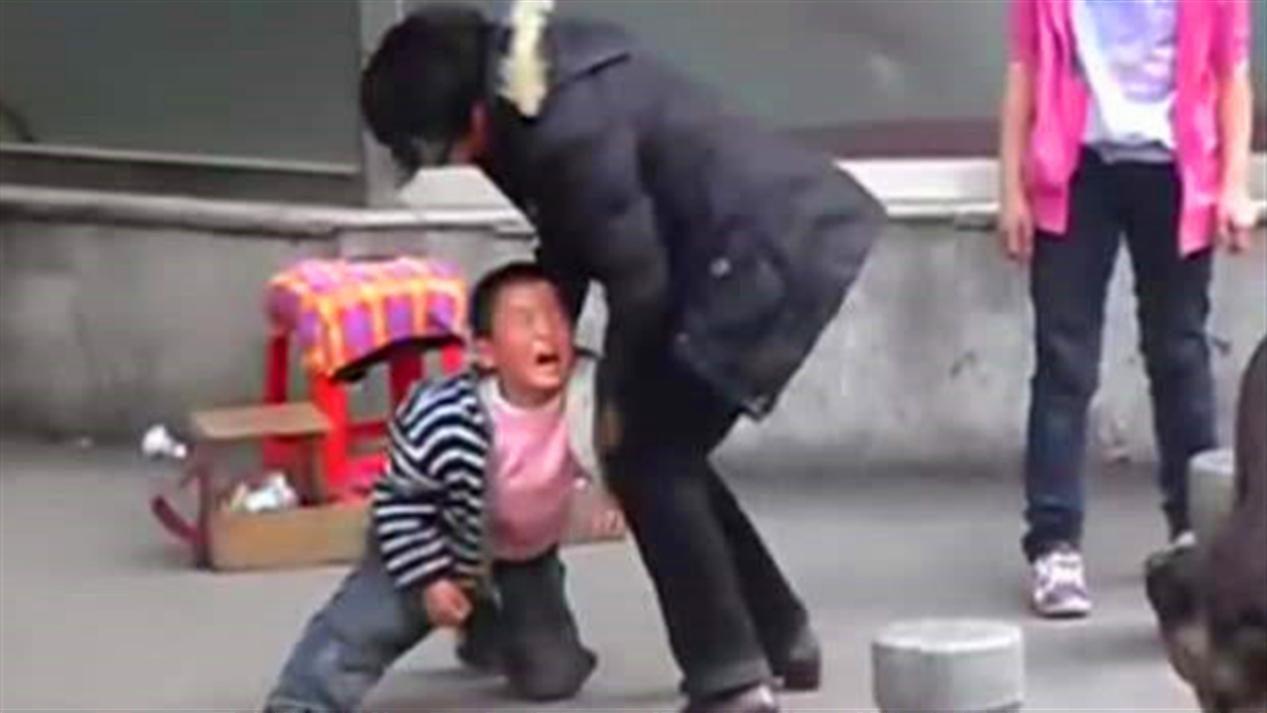 妈妈亲手用铁棍将女儿打死,临死前对爸爸说:我想再吃一口雪糕