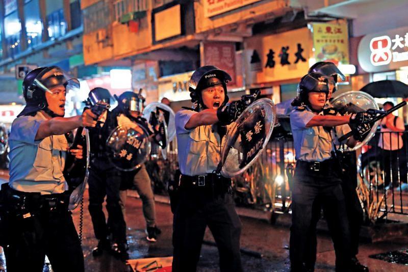 """港警回应""""枪指记者?#20445;?#35760;者人群里有砖块抛向警方"""