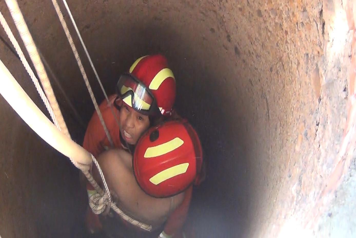 """12岁女孩""""藏猫猫""""掉入15米深井:3米水里踩梯子成功获救"""