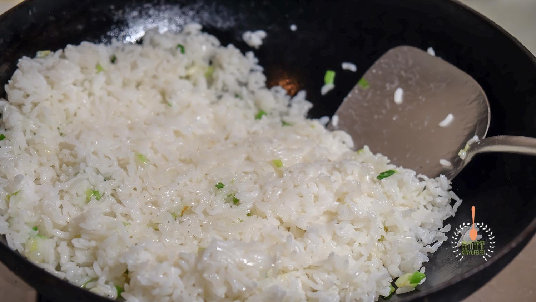 炒饭这样做,简单不油腻,味道比放了肉还好吃!