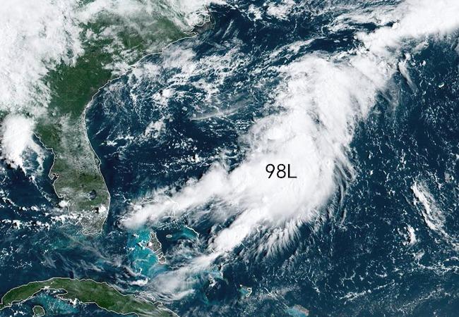 """时速95公里,多利安成10级,热带低压98L生成,""""双风暴""""或又来"""