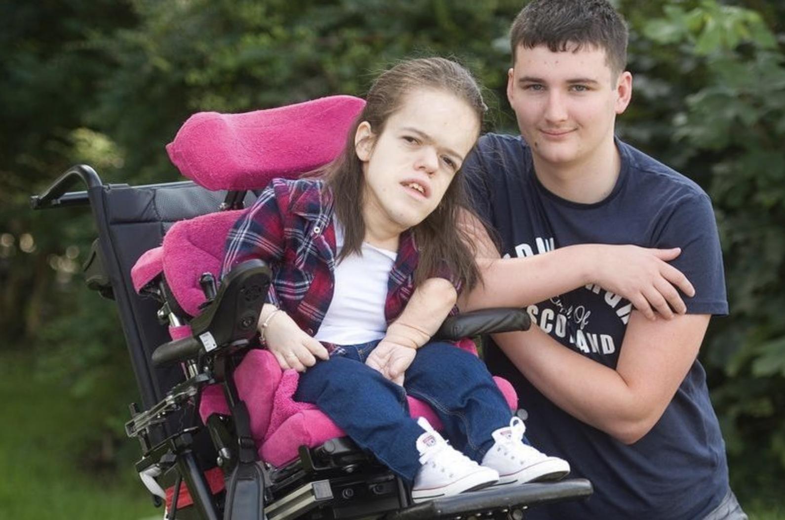 26岁侏儒女孩肺被脊椎压碎,最后心愿是和17岁抑郁症男友结婚