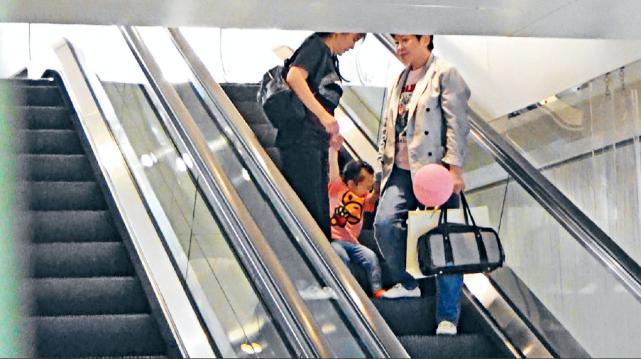 郭富城2岁女儿正脸曝光像极爸妈,活泼乱跳也很听外婆的话