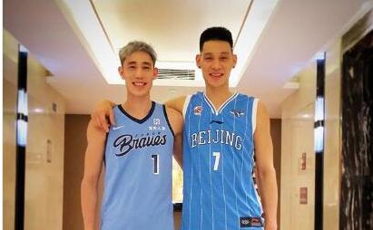 林书豪身穿首钢球衣与弟弟合影 深情告别NBA 期待在北京创造历史