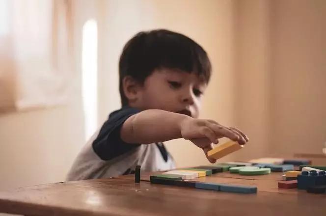 当孩子抢别人玩具时,家长第一句话说什么很重要